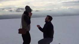 Евгений Качалов сделал предложение Анне Селюковой на вершине вулкана Эйяфьядлайёкюдль