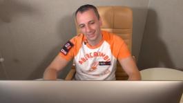 Михаил Сёмин показывает как играет в покер дома